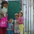 ...Verteilen von Lebensmitteln an bedürftige Familien...