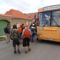 Das erste kleine Stück konnte mit dem Bus gefahren werden. - Inzwischen werden schon ZWEI Busse für alle Kinder benötigt!