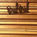 店舗のサイン いろんな樹種の木製ルーバーを背景にしてサインを表示