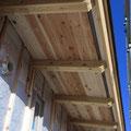 軒天と外壁通気層の納まり。外壁通気は屋根通気に抜ける。コウモリ除けのおさまり。