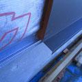 外壁通気工法下端の防虫部材と外壁下端の水切り板金施工。