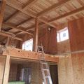 リビングダイニングの吹抜。上棟時に天井工事が完了している。断熱材は天井の上に
