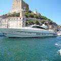 kleine Yacht im Hafen von Bonifacio
