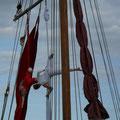 Artistische Darbietungen auf dem Nachbarschiff in Rostock