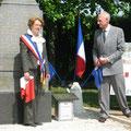 Madame FOULIARD, Maire de Boigny et Monsieur Claude THOREAU viennent de dévoiler la plaque