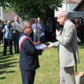 Monsieur Pascal Roumeguère remet au Maire de Saint Loup de Gonois le Dictionnaire des Compagnons de la Libération