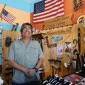 Earl fertigt Silberschmuck in seinem kleinen Laden