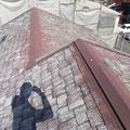 「BEFORE 脱色し、著しく劣化してしまった、カラーベストの屋根です。」