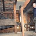 Gerhard Hochuli bewundert den restaurierten Blasbalg.
