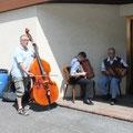 Drei Musikanten sorgen für eine gute Stimmung.