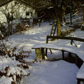verschneite Sitzbank im Garten
