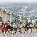 真夏のオリンピック マラソンのスタートに湧き上がる