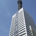 電波塔はメッキ加工されてビルの上に立っています。