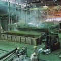 溶融亜鉛メッキ工場で鋼材がドブヅケされています。