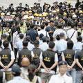 抗議行動で警察と対峙する