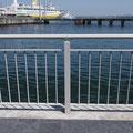 海沿いの歩道柵に亜鉛メッキが施されています。
