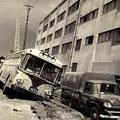 バスも車も立往生、建物も傾く