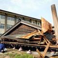 相撲の土俵を覆う大屋根が倒壊