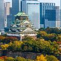 大阪のシンボル 大阪城とオフイスビル