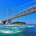鳴戸大橋(淡路島と四国鳴門市)渦潮の上