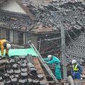 翌朝の状況で瓦屋根が大きく損壊、補修