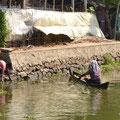 Dorfleben...Mann bringt frische Fische