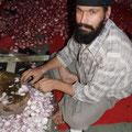 Freiwilliger Zwiebelschneider schneidet bereits ohne hinzuschauen die Zwiebeln