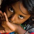 Pia, indisches süsses kleines Mädchen campte mit ihren Eltern am Strand