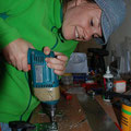 Nicky macht ihr erstes Bohrloch, noch etwas schräg, aber brauchbar..:-)