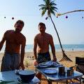 Christoph und Roy am Weihnachsessen präparieren