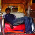Indischer Rikscha Fahrer beim Mittagsschlaf