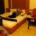 Nicky erholt sich im klimatisierten Hotel, während Roy sich um die Verschiffung kümmert.