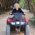 89 Jährige Oma auf dem 4x4 Quad schaut auf dem Camping nach dem Rechten, der Gehstock immer mit dabei