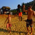 Roy zeigt den Mädchen wie man auf dem Seil tanzt