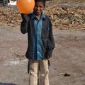Ilse verteilt Luftballons