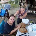 Die Bäcker Julia und Nicky arbeiten an der Teigmischung