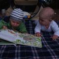 Kevin liest Mila eine Geschichte vor aus seinem Lieblingsbüechli