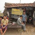kleine Werkstatt am Strassenrand, ist zu gleich auch ihr Zuhause