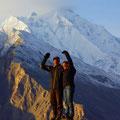 hinter uns der Rakaposhi, 7788m (Aussicht von Eagles Nest)
