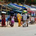 Gepäck wird in Indien immer elegant und geschickt auf dem Kopf getragen