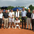 Gruppenbild mit den Offiziellen, Schiedsrichtern und den Finalisten