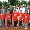 Gruppenbild mit dem Verantwortlichen, Ehrengästen, Finalisten und Turnierkinder