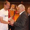 Turniersieger Christian Haupt und Aidenbachs Bürgermeister Karl Obermeier