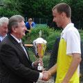 Schirmherr Landrat Franz Meyer übereicht den Siegerpokal an Steffen Dierauf