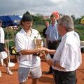 TCA-Präsident Hans Straubinger übergibt Pokal und Siegerscheck an den Turniersieger Rene Nicklisch