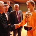 Gratulation und Preisgeldübergabe an Bastian Knittel durch TCA-Vorstand Hans Straubinger(l.)