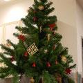 Sogar ein Tannenbaum schmückt den Bürgerladen.