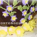 Torta Sacher a uovo, glassa di cioccolato fondente, nastro in fondant di zucchero e decorazioni in crema di burro