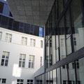 Hinten ehemaliges Botschaftsgebäude, rechts der moderne Neubau