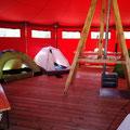 Unsere Schlafplätze.  Jeder schläft alleine in einem Zelt, jedoch alle gemeinsam im große Tipi.